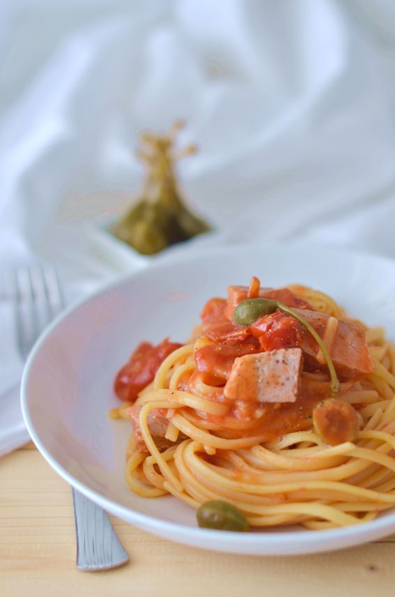 Linguine con pomodorino tonno fresco olive e capperi