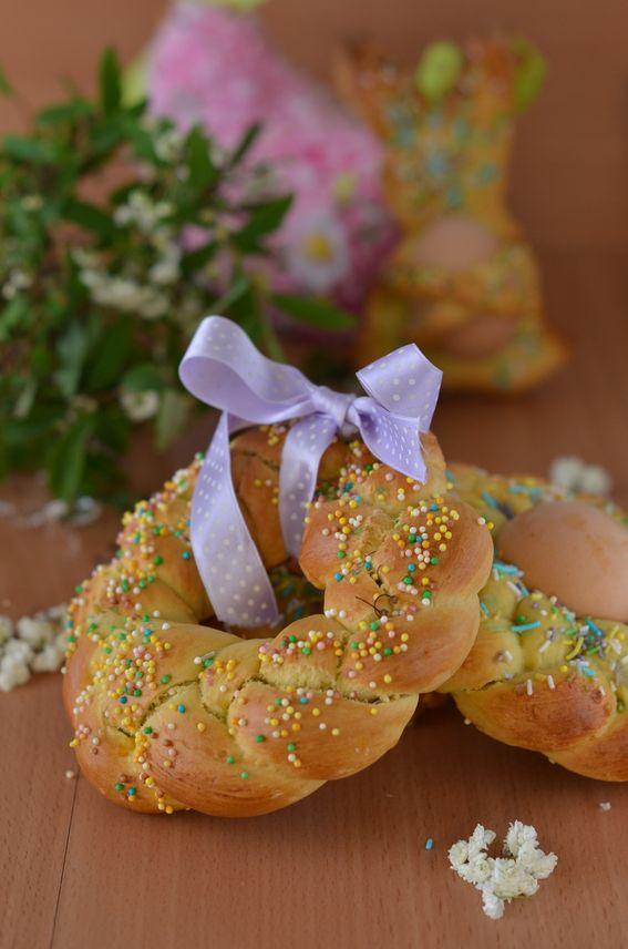 Scarcella di Pasqua con uovo sodo ricetta della tradizione pugliese