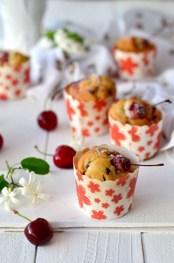 Muffin senza burro soffici con ciliegie e gocce di cioccolato