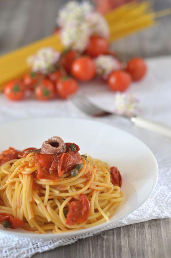 Spaghetti con acciughe in olio pomodorini e capperi