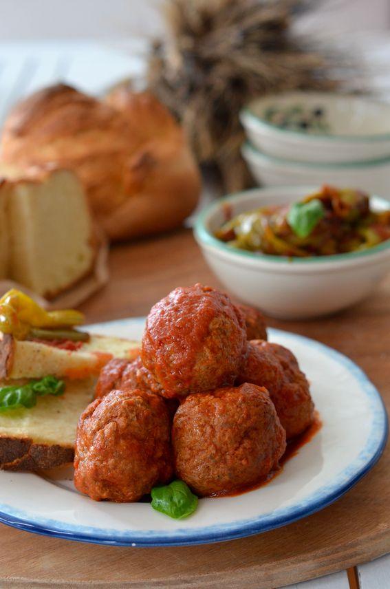 Polpette di carne e pane al sugo, ricetta tipica pugliese