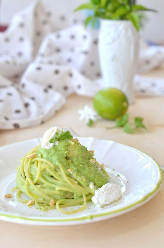 Spaghetti con crema di zucchine ricotta menta e scorza di lime