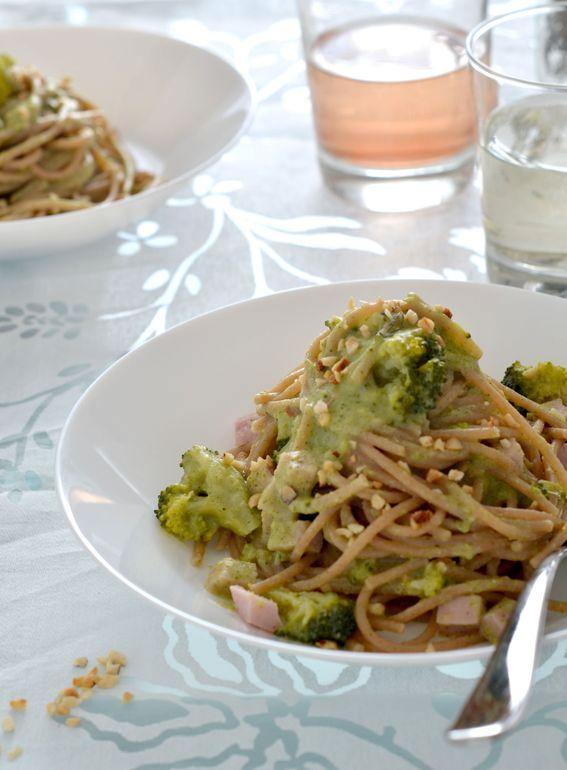 Spaghetti con pesto di broccoli prosciutto cotto e pistacchi