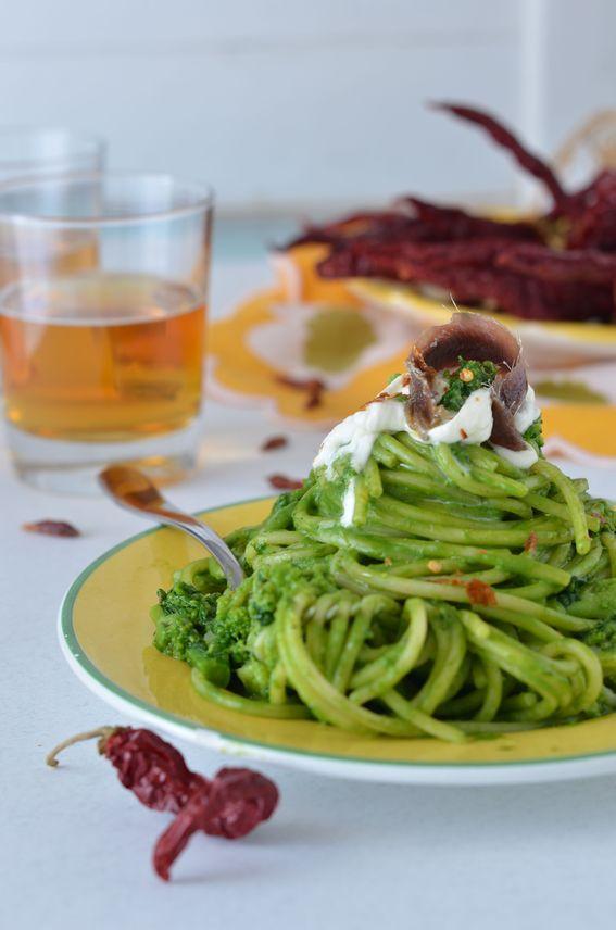 Spaghettoni con crema di cime di rapa stracciatella e acciughe