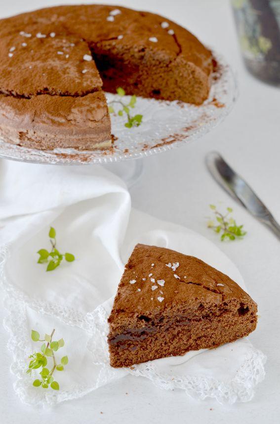 Torta soffice con cioccolato fondente e fior di sale senza burro