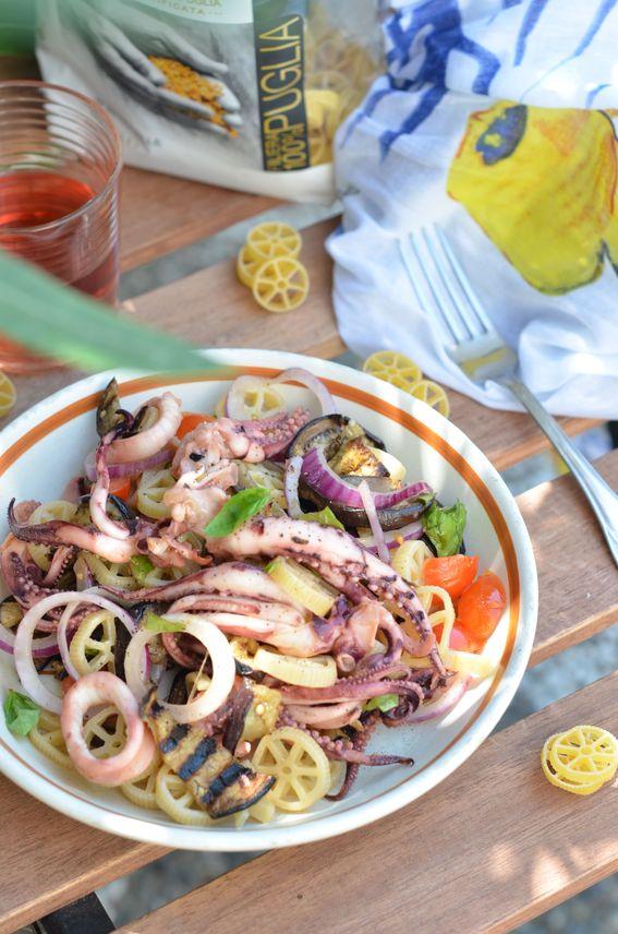 Rotelle con calamari melanzane grigliate e cipolla rossa