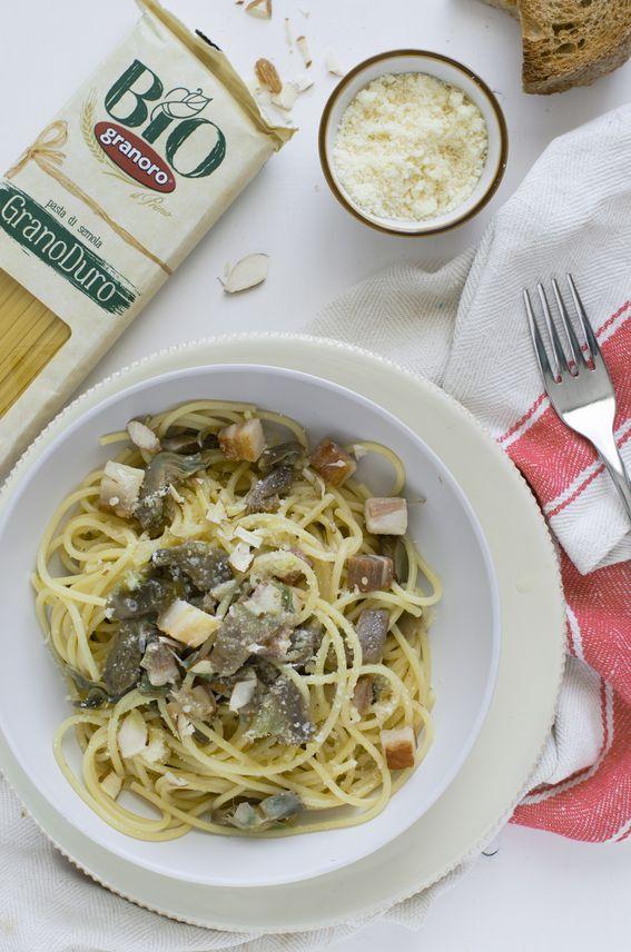 Spaghetti Bio con carciofi guanciale pecorino e mandorle sfilettate