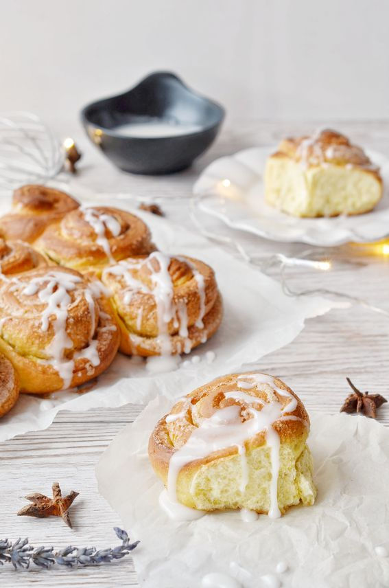 Cinnamon Roll o Kanelbulle dolce soffice svedese con glassa