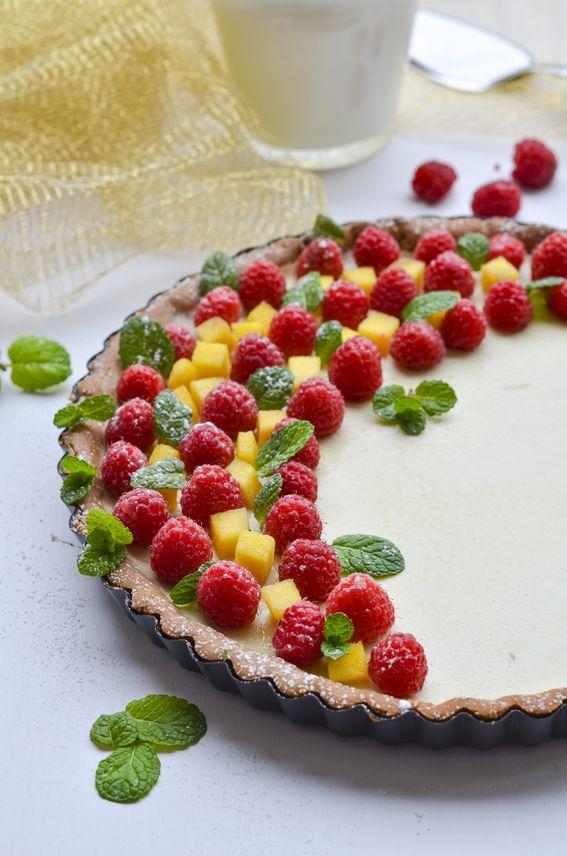 Crostata senza uova e senza burro con panna cotta al mango e frutti rossi
