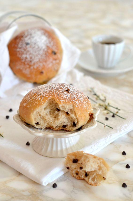 Pangoccioli panetti di pasta lievitata con gocce di cioccolato