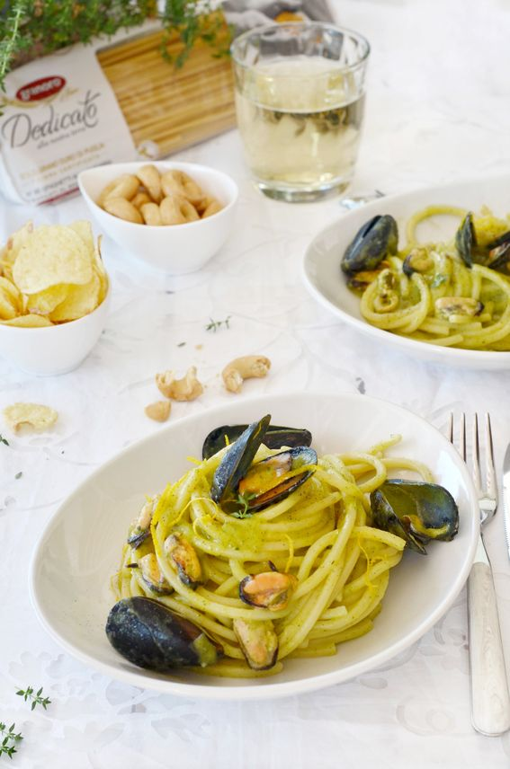 Spaghetti alla chitarra con crema di zucchine cozze e grattata di limone