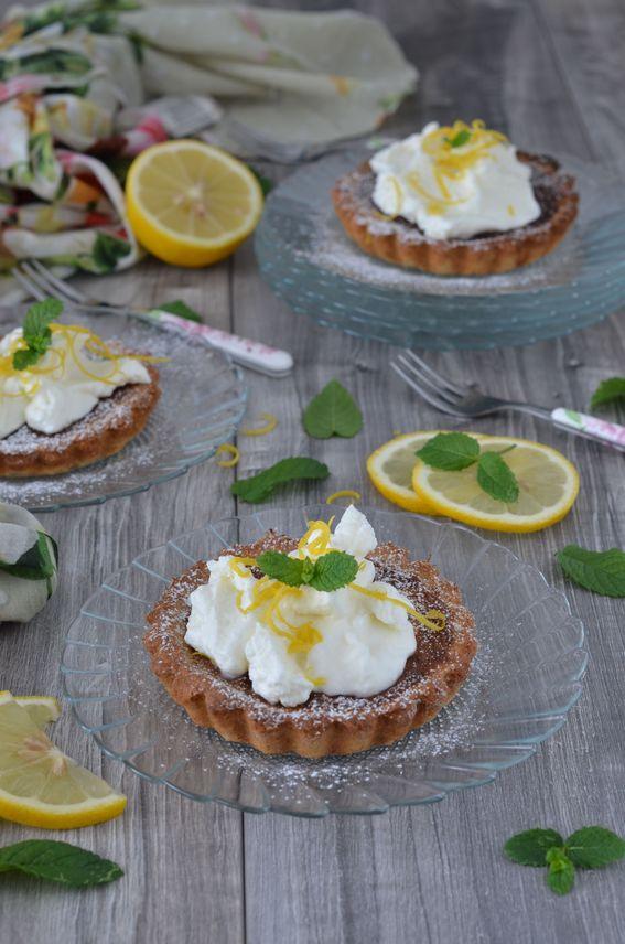 Tarte integrale al limone con panna e scorzette di limone