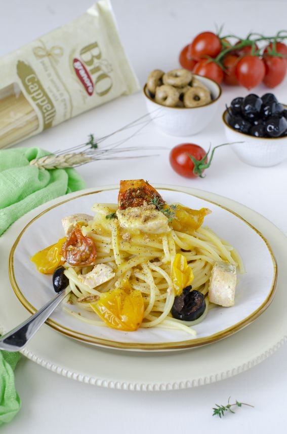 Spaghettoni con datterino giallo salmone e olive con tarallo sbriciolato