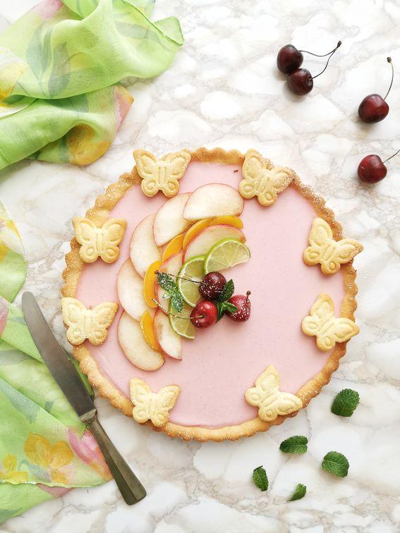 Crostata senza burro con panna cotta alle pesche e frutta fresca