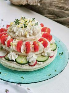 Sandwich cake torta estiva di tramezzini con crema di ricotta e tonno