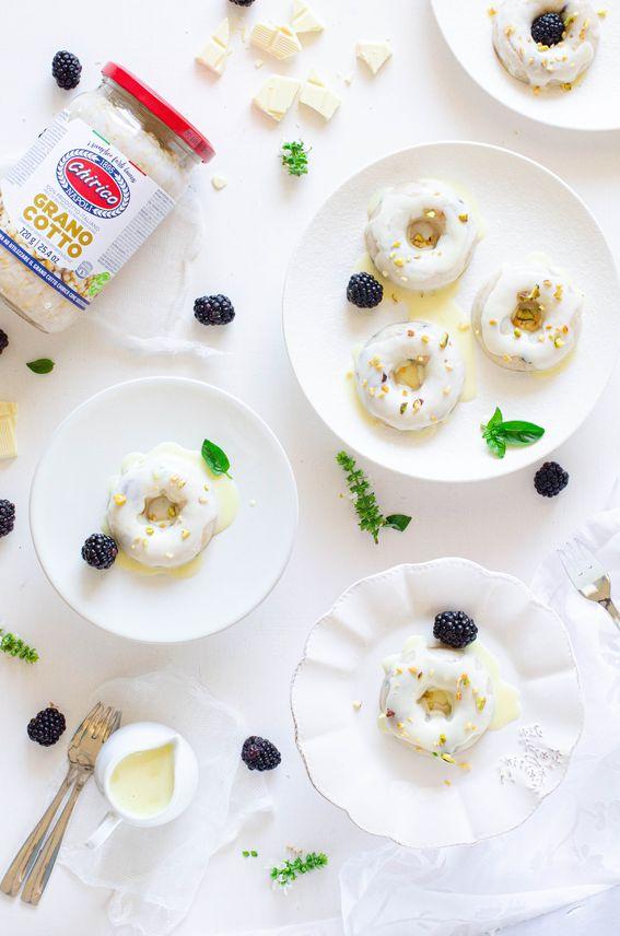 Ciambelle di grano cotto al latte di mandorla con glassa al cioccolato bianco e pistacchi