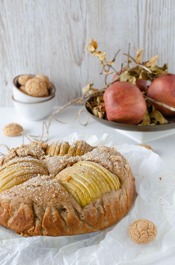 Torta integrale all'acqua con ricotta mele ed amaretti tritati