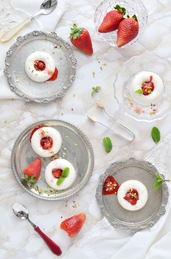 Ciambelline di yogurt e panna con fragole e granella di pistacchi