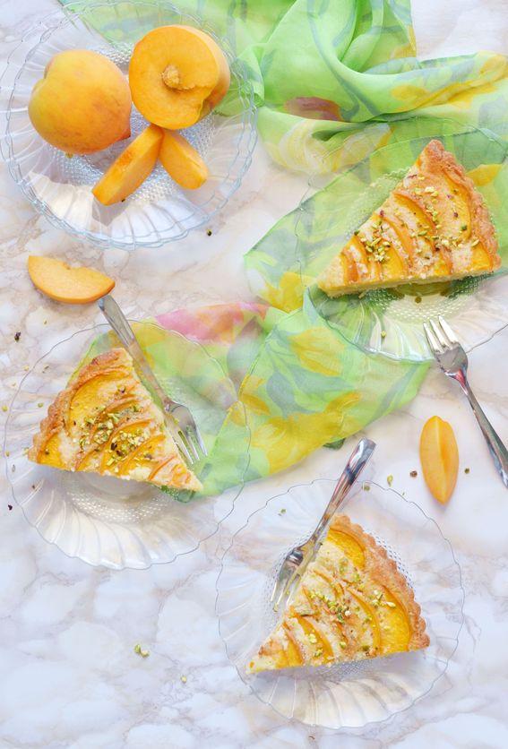 Crostata fragipane con percoche croccanti e granella di pistacchi