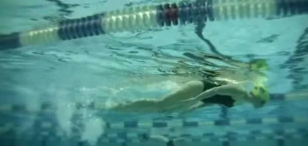 virata gambe delfino immersione
