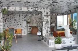 Un albergo e museo d'arte contemporanea sul mare in un piccolo borgo della Sicilia