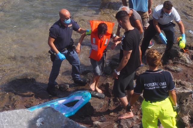 Una catena umana per fare sbarcare 25 migranti a Portopalo di Capo Passero    Nuovo Sud