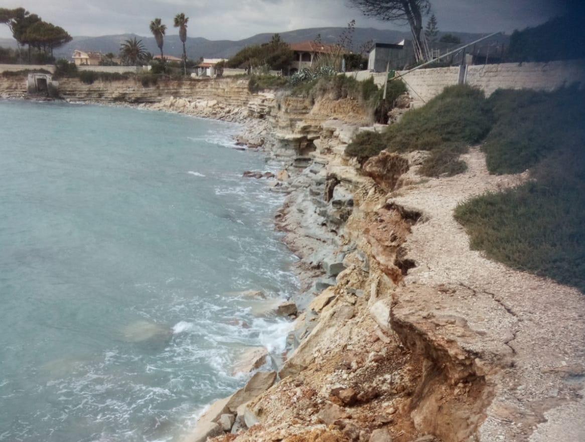 Crolla 15 metri di scogliera ad Avola, allarme dei residenti di via Falaride