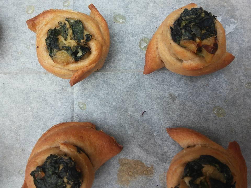 מאפים מבצק כוסמין ממולאים ירוקי חורף ופטה שקדים טבעונית