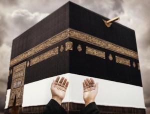 hands pray at kabah hajj