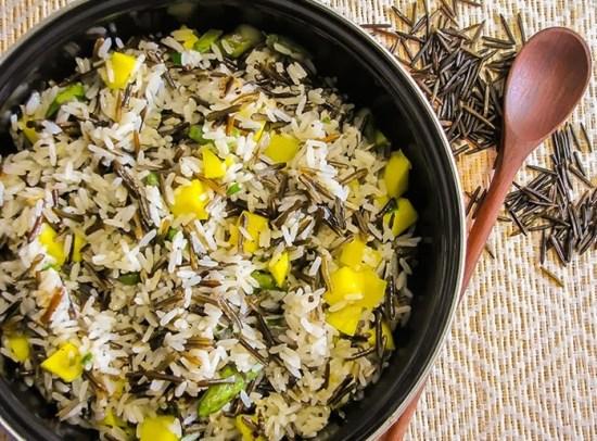arroz selvagem com espargos e manga