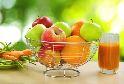 Portia de sanatate intr-un pahar de suc proaspat: mere, morcovi si portocale