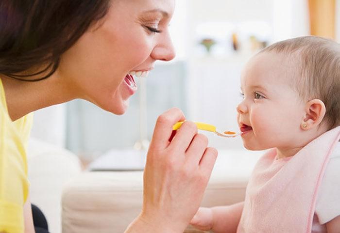 Nutriția la sugari – introducerea alimentelor solide