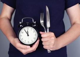 Vous mangez vite ? Voici les conséquences sur votre corps et votre poids