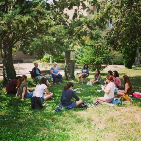 Participants del curs un curs dedicat a l'obra 'Viatges i flors' que han dut endavant alumnes i docents del departament de Filologia Catalana de la UB | Foto: Helena Bertran