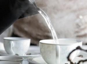 白湯をカップに注ぐ