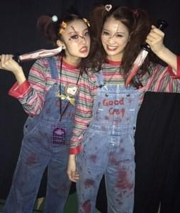 ハロウィンにチャッキーの仮装をする女性2名