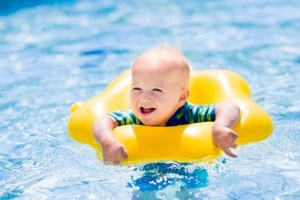 プールで浮き輪に浮かぶ赤ちゃん