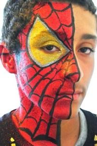 ハロウィンの男の子のスパイダーマンのハーフフェイスペイント