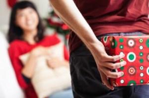 彼女にクリスマスプレゼントのを渡す瞬間