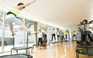 トレーニングジム内でのトランポリンエクササイズ