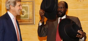 Mr. Salva Kiir looks into a hat presented to him by the former US Secretary of State, Mr. John Kerry, during a visit to Juba, South Sudan(Photo: file)