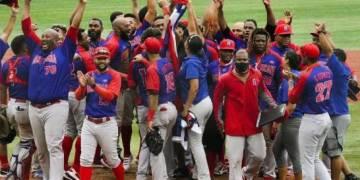El equipo dominicano celebra el triunfo por la medalla de bronce en el torneo de béisbol de los Juegos Olímpicos, Tokio 2020; su primera en esos eventos, quintga de Dominicana en la versión y la 12 de por vida. (Fuente: Wbsc-Béisbol/Softbol)