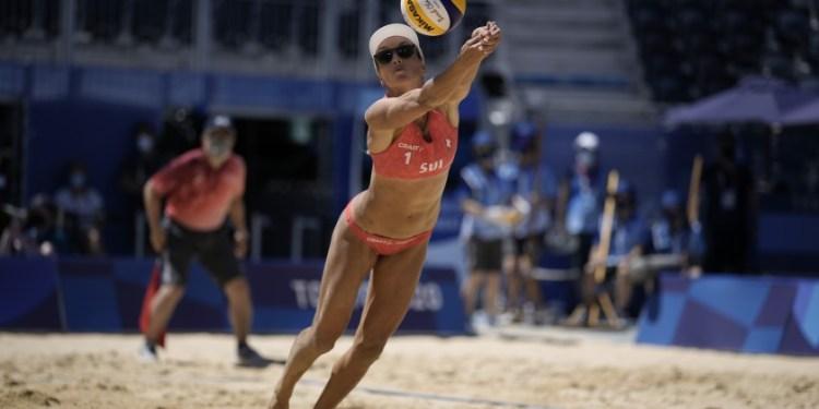 La suiza Anouk Verge-Depre se lanza para devolver un golpe durante el duelo por la medalla de bronce en el voleibol de playa, el viernes 6 de agosto de 2021, en Tokio.