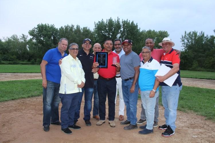 José Veras, recibe sus reconocimientos del Centro Deportivo y Cultural Los Mocanos y su liga de softbol y de la Fundación Hermanos Ortiz. (Foto / Martín Zapata)