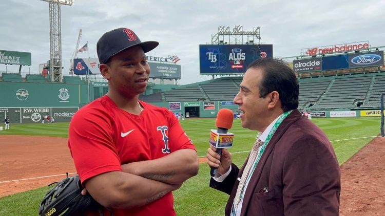Rafael Devers conversó con Neftalí Medina en el vetusto parque de los Medias Rojas de Boston.