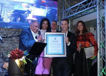 El ayuntamiento de Jarabacoa entrega una resolución a través del comité de regidores a Juan Romero. (Foto / Agustín Zapata)