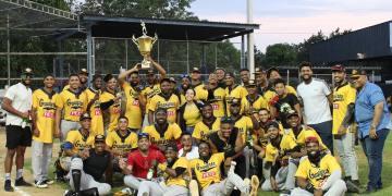 Integrantes de los gloriosos Granjeros de Moca campeones copa Banreservas 2021 de la Liga de Verano.