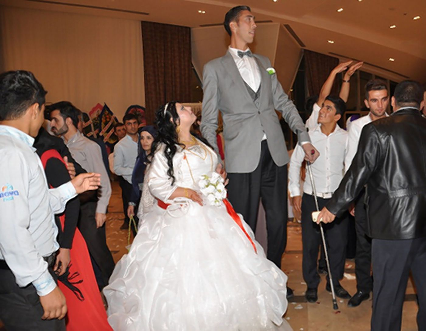 World's tallest man gets married to woman who is 2 feet. 7 inches shorter - NY Daily News