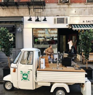 A mobile cafè ready to serve you ☕ Book this vintage Piaggio Ape for your next event by heading to the link in our bio (📷: @caffearonne)