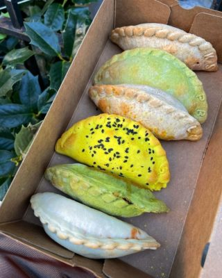 Perfectly baked and purposefully shaped vegan empanadas that are effortless to serve to guests at any event. 🥟 Check out @nuchasnyc full catering menu and book them for your next event at the link in our bio. #NomYorkCity (📷: @thisplate.nyc)